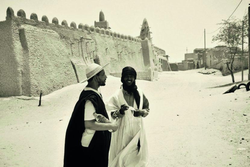 8. Timbuktu, Männer vor der ... moschee 2002